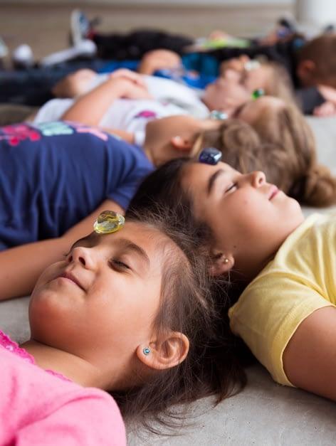 niños practicando curso de atención plena